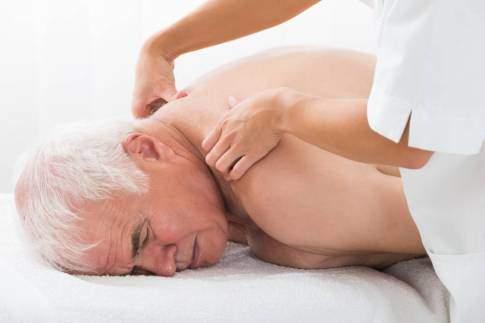Entspannende klassische Massage in einer Naturheilpraxis