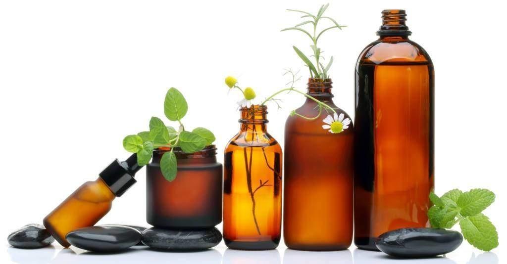 Verschiednen medizinische Flaschen mit Heilpflanzen der Naturheilkunde im Angebot